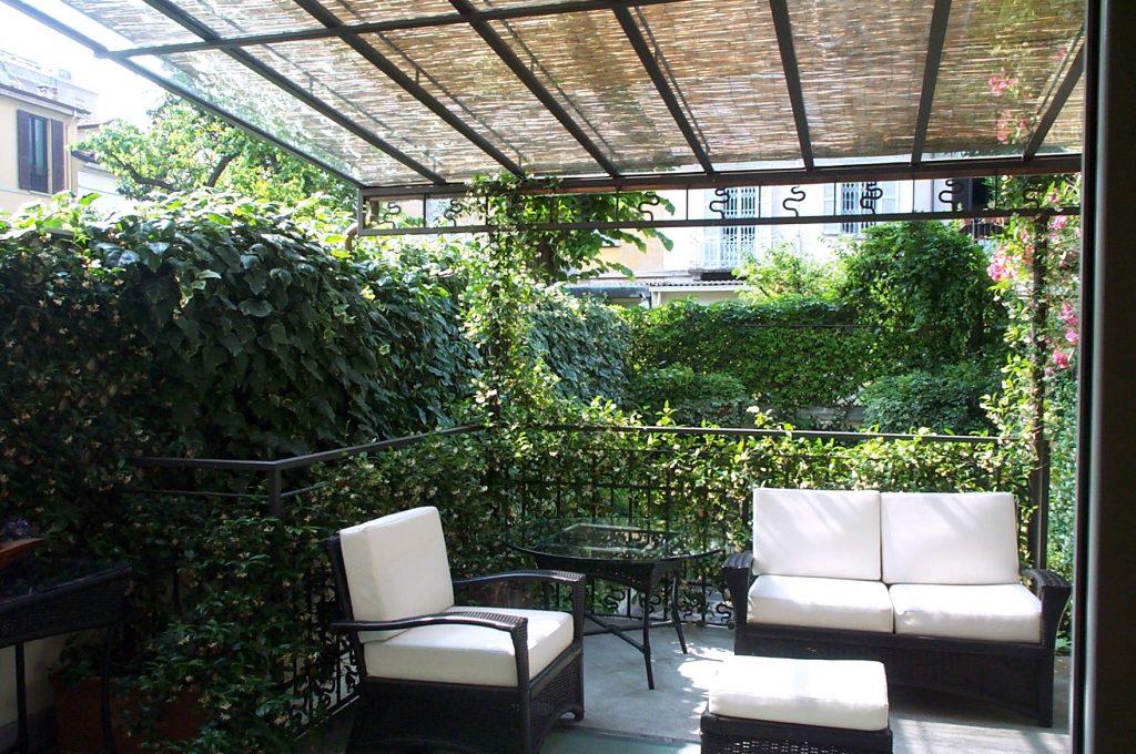 il terrazzo coperto si affaccia sul giardino - I Giardini di Babilonia