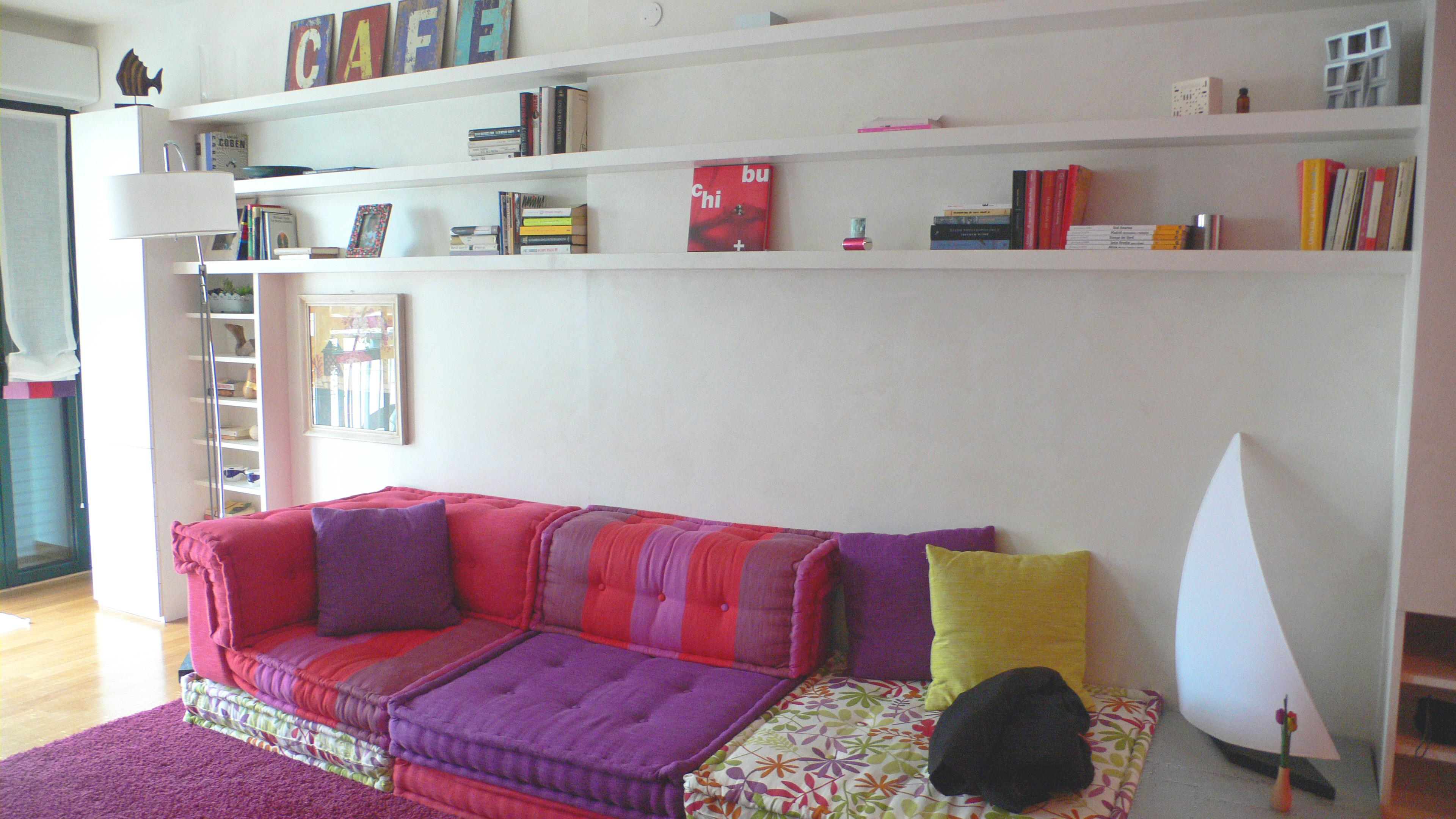 la libreria in legno grezzo è stata dipinta come le pareti in una ...